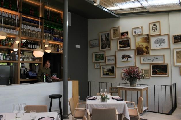 Ihanaa ruokaa nauttiessaan voi samalla katsella seinän kuvakollaasista, miltä lautasella oleva tyyppi näytti eläessään.