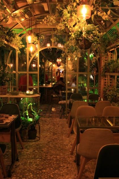 Talvipuutarhaa muistuttavassa ravintolassaon satumainen tunnelma.