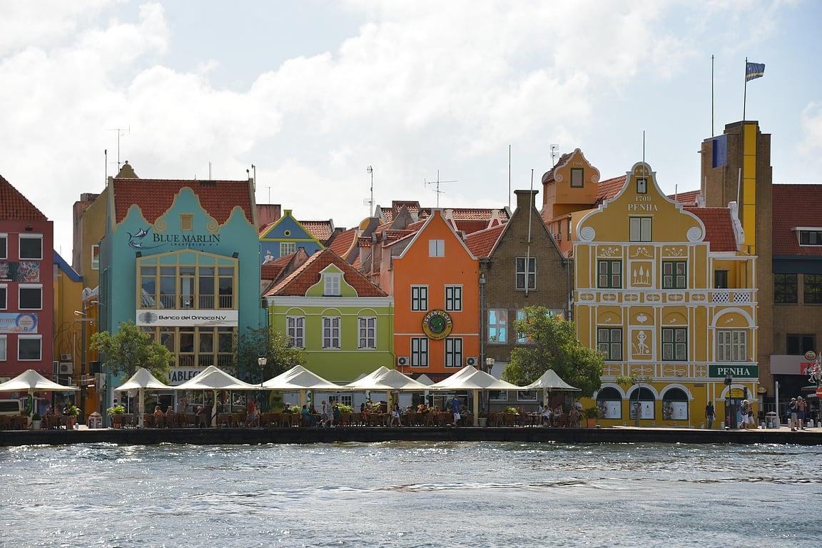 Willemstadin tunnusmerkkiä toimii nämä värikkäät talot.