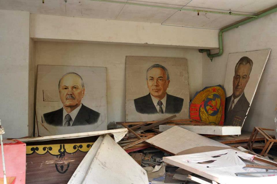 Kaikki arvokas on säteilystä huolimatta varastettu Pripyatin kaupungista. Ainakin itseäni harmittaisi olla joku tästä paikallisen politbyroon kolmikosta, jota ei ensimmäisen virkkeen perusteella arvosteta minkään arvoiseksi...