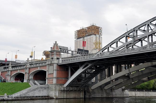 Moskovan tiedeakatemia joelta käsin