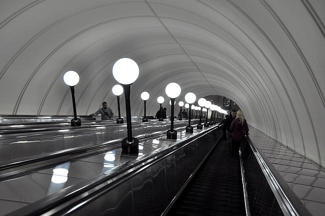 Monella asemalla liukuportaatkin on itsessään nähtävyys (Mayakovskaya)