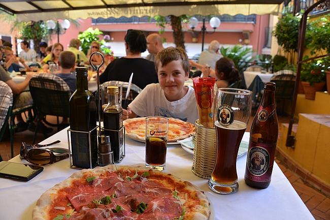 Patikoinnin jälkeen pizza maistui Malcesinen keskustassa ja palautusjuomana pohkeille toimi tumma vehnäolut erinomaisesti