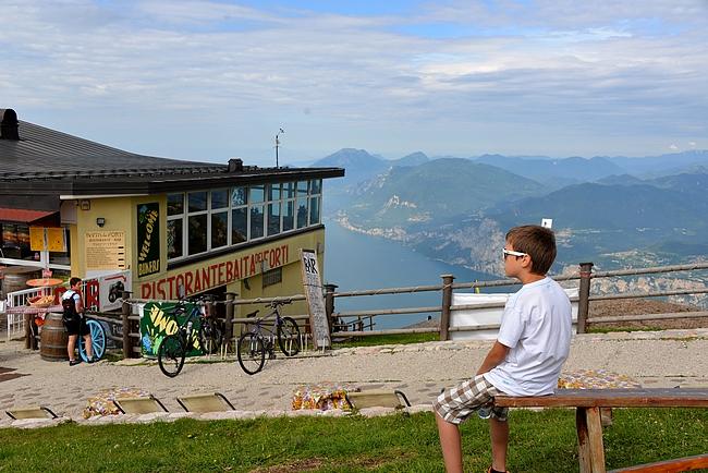 Monte Baldon huipulla voi nauttia maisemista ravintolassa...