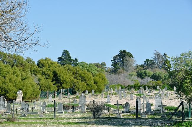 1600-luvulta lähtien saarta käytettiin leprasairaalana ja tässä leprasairaiden hautausmaa