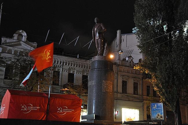 Vuonna 2012 Kiovassa oli pystyssä vielä tämä Lenin-patsas, mutta se kaadettiin ja tuhottiin mielenosoituksissa vuonna 2014.