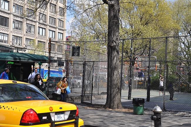 4th Street Basketball Court on keskellä kaupunkia