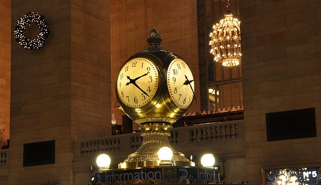 Grand Central Stationin kuuluisa kello sisätiloissa.