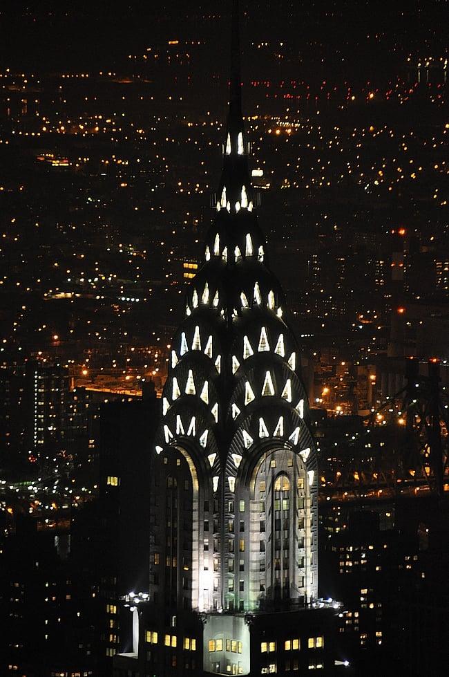 Chrysler Buildingin pölykapselit iltavalaistuksessa.