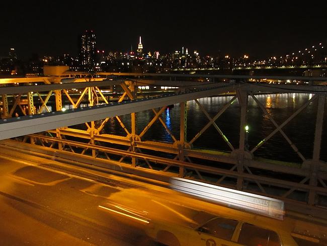 Kävelijät kulkevat autoja yhden tason ylempänä Brooklyn Bridgellä.