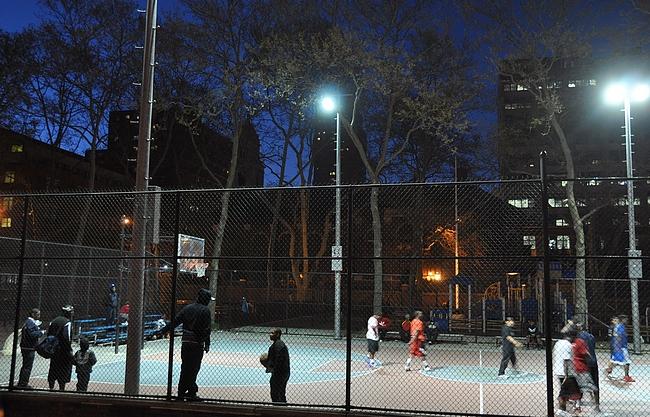 Koripallokentät on ahkerassa käytössä kellon ympäri. Tässä pelit menossa Brooklynissä.