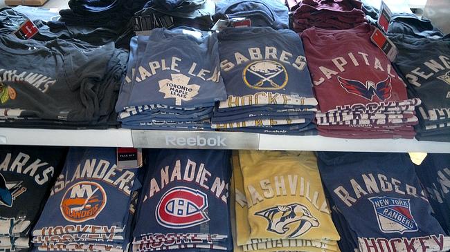 NHL-kaupasta löytyy kaikkien joukkueiden paitoja tasapuolisesti.
