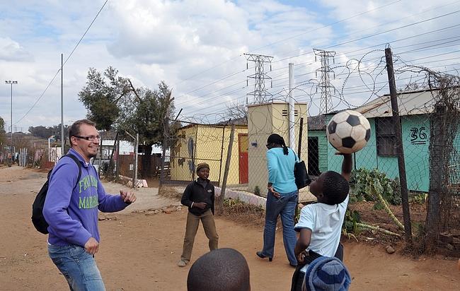 Nappulat pelasivat jalkapalloa kaduilla ja otti minutkin peliin mukaan.