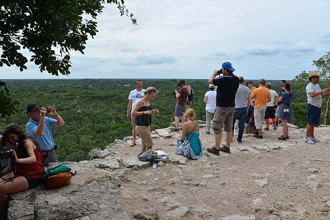 Nohoch Mul-pyramidin huipulla ihmiset luonnollisesti kuvattivat itseään ja joku varmasti muisti ottaa kuvan myös maisemista.