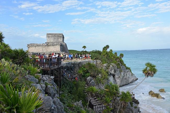 Castillo sijaisee Karibianmeren rannalla jyrkän kallion päällä.