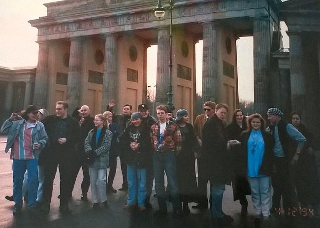 Opas ja osa opastettavista Brandenburgin portilla