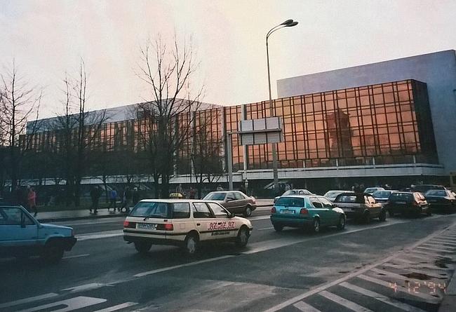 Alexander Platzin läheisyydessä. Nykyään Saksan ulkomaankauppaministeriönä toimiva rakennus oli DRR:n aikaan Itä-Saksan tasavallan palatsi.