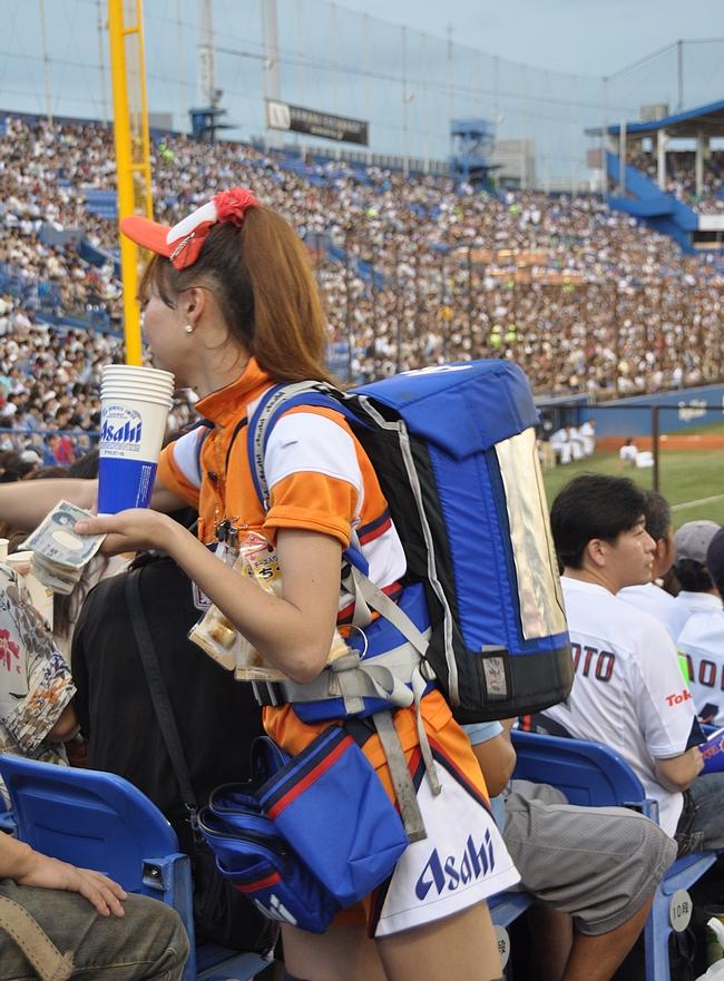 Asahia voi juoda vaikka baseball-katsomossa.
