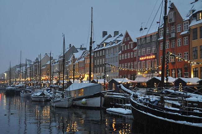Nyhavnissa talvella kannattaa nauttia Carlsbergia korkeintaan sisätiloissa.