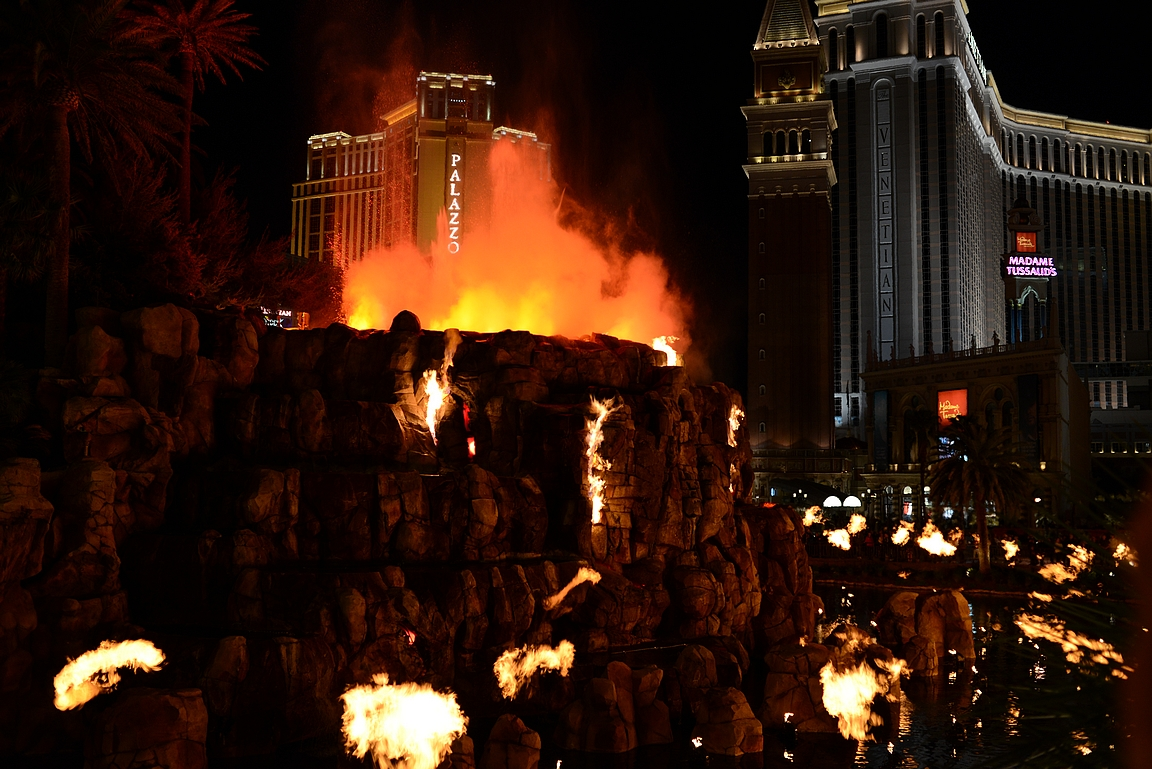 Miragen tulivuorenpurkaus on yksi kohokohtia. Taustalla yksi upeimmista kasinoista eli Venetian.