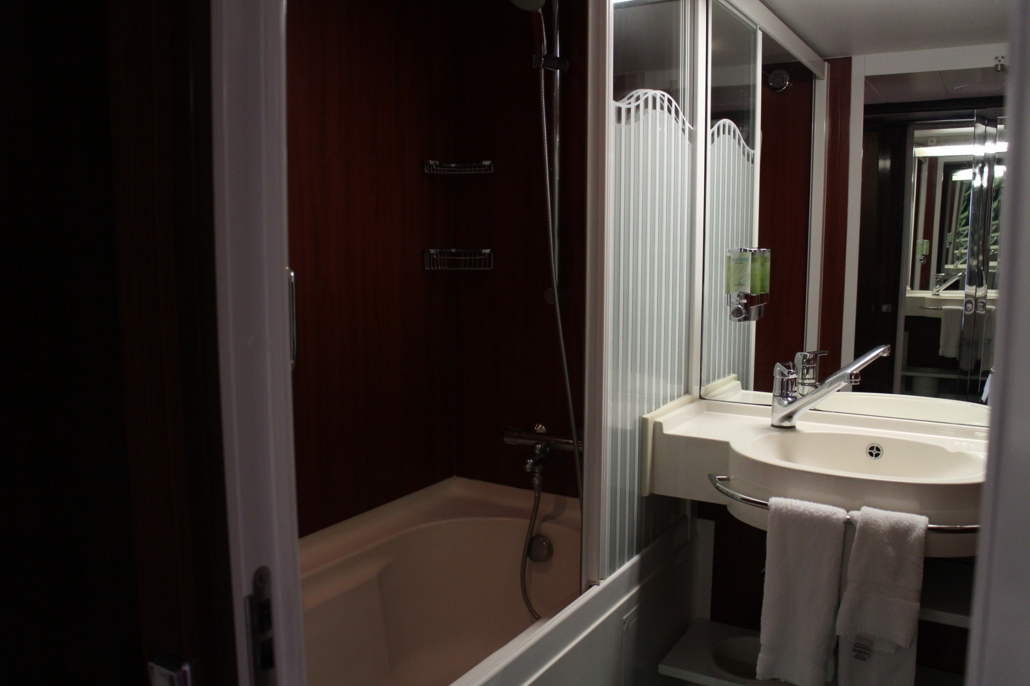 Norwegian Jewel Forward Penthouse with Large Balcony bathroom 1