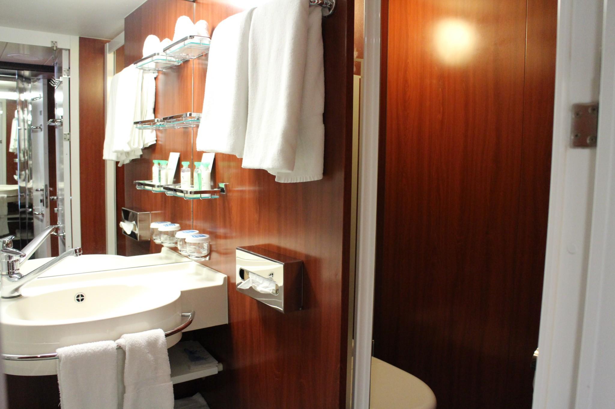 Norwegian Jewel Forward Penthouse with Large Balcony bathroomn2