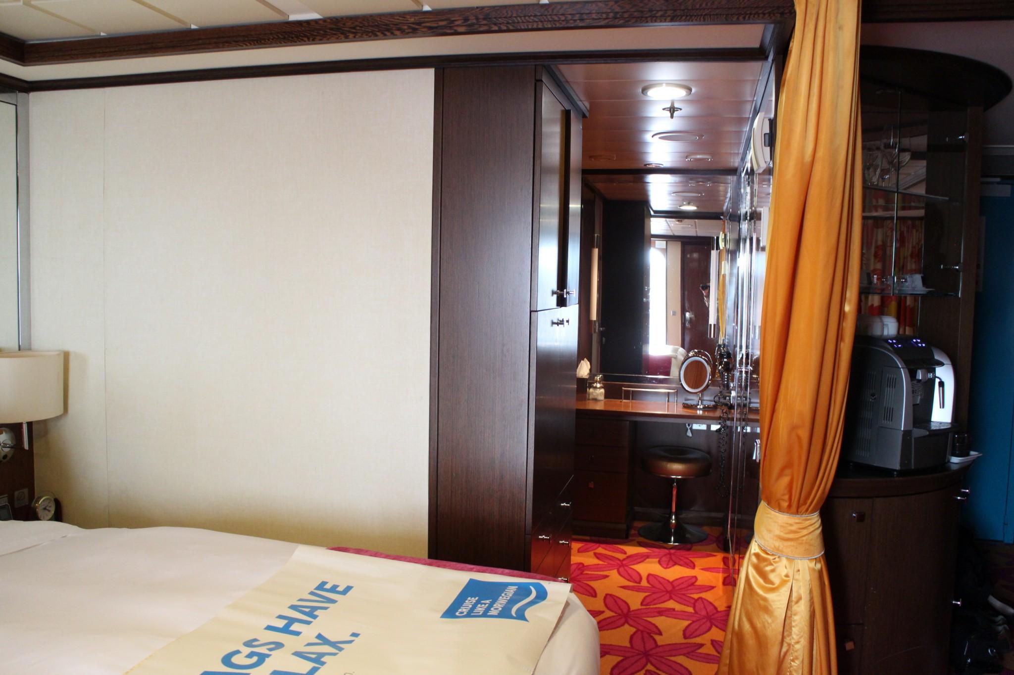 Norwegian Jewel Forward Penthouse with Large Balcony dressing area