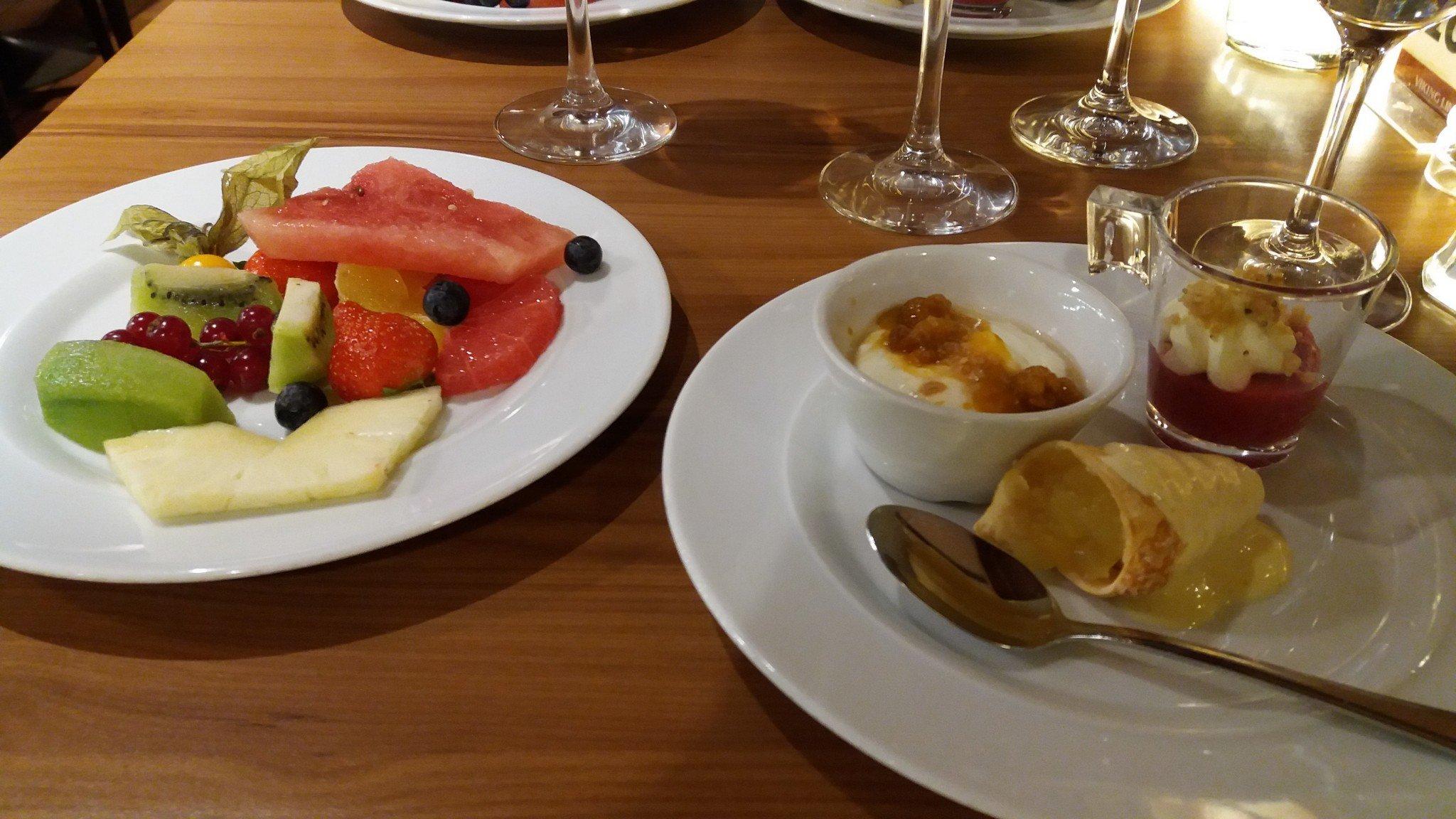 Mariella Retroristeily Ocean Grill jälkiruokapöytä