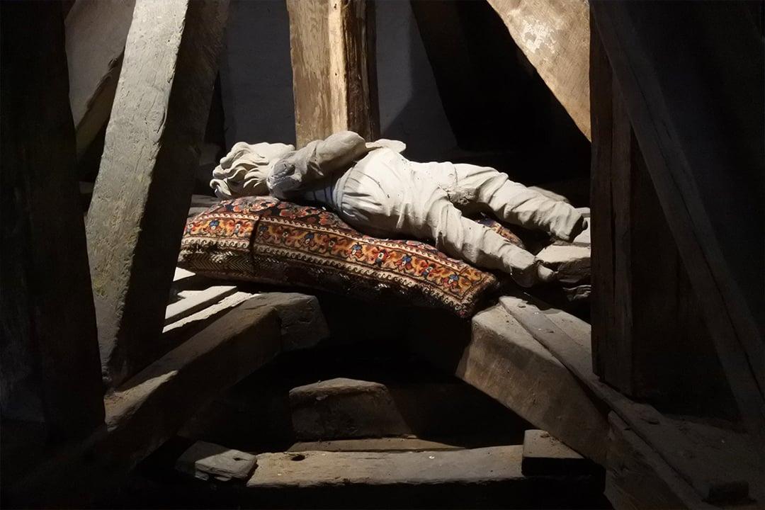 Puunukke Egeskovin linnan ullakolla