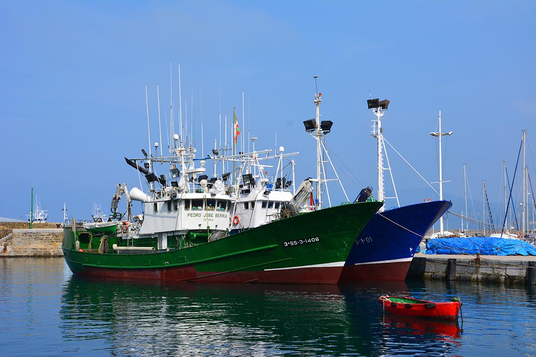 Kalastusaluksia Getarian satamassa