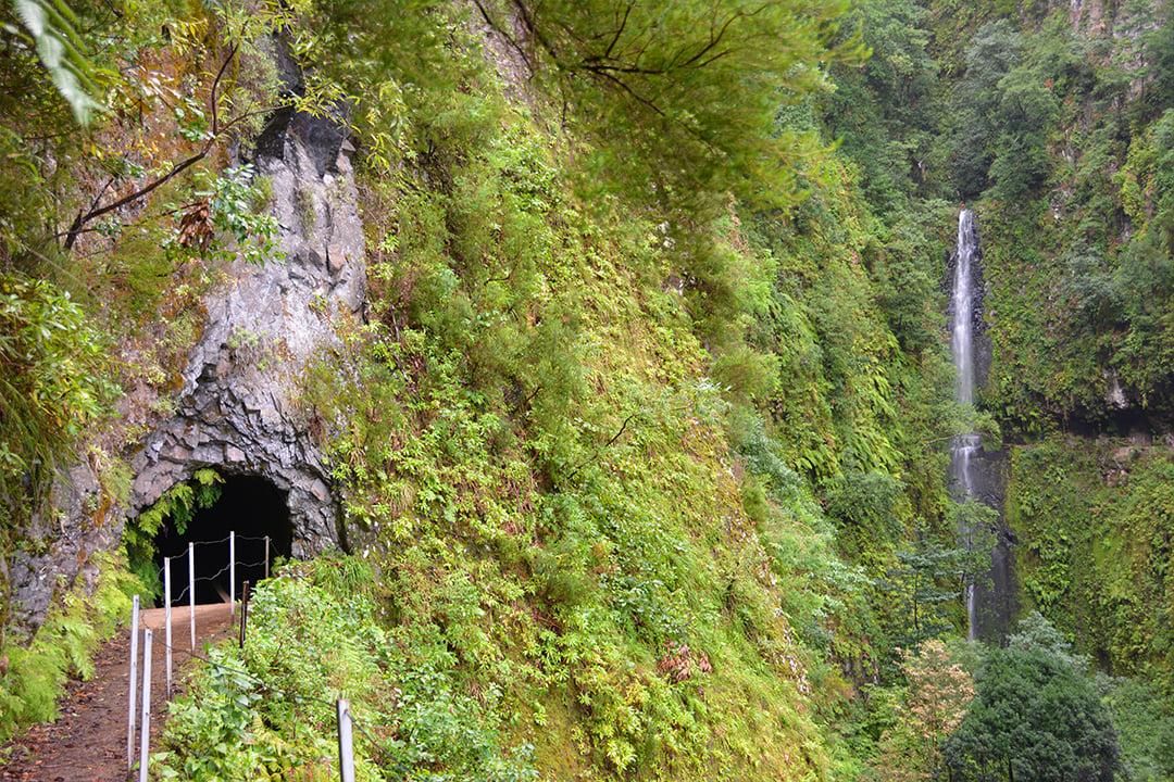 Tunneli ja vesiputous Ribeira da Janelan suunnalla