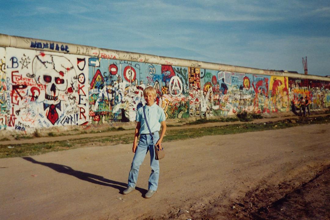 Mika Berliinin muurilla