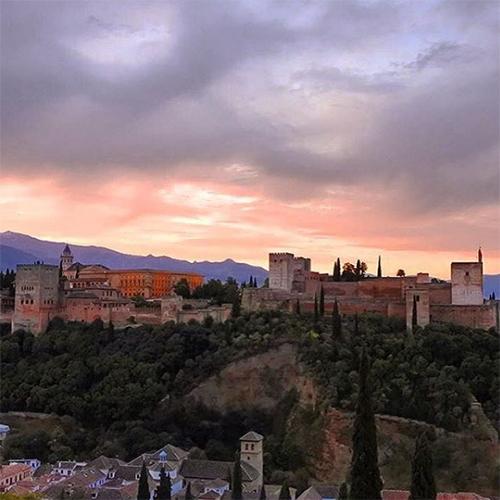 Alhambra auringonnousun aikaan