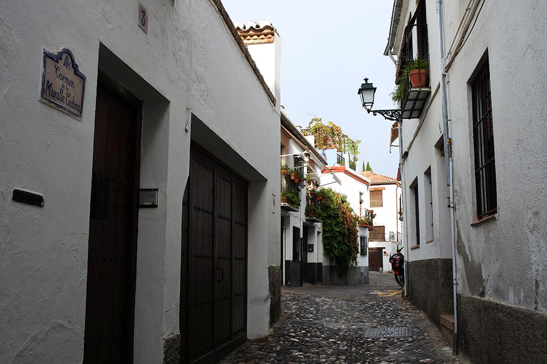 Kuja Albayzínin maurilaiskorttelissa Granadassa