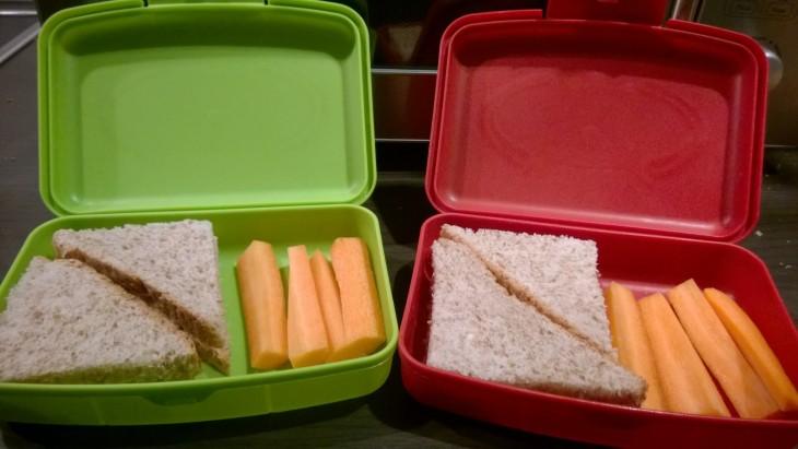 Eväsrasioiden sisältö on samankaltainen joka päivä. Jotain leipää ja jotain kasvista tai hedelmää. Lisäksi omenamehua.