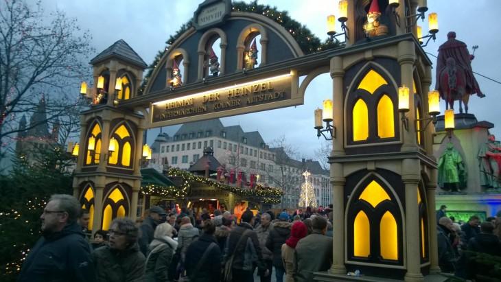 Näin houkuttelvan näköisestä portista pääsee Kölnin Heumarktin joulumarkkinoille!
