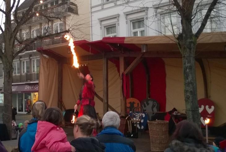 Saimme seurata markkinoilla taidokasta jonglööriä, joka aikansa palloilla temppuiltuaan tarttui myös veitsiin ja tulikeppeihin!