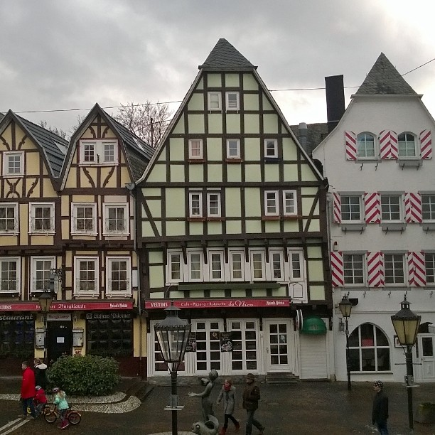 More lovely traditional German half timbered houses. These can be seen in one of the most charming little villages in Rhein valley. Linz am Rhein, Germany. #linzamrhein #middlerhein #rhein #romanticrhein #rheinvalley #halftimbered #Fachwerk #topgermanyphotos #ourgermany #bestofgermany #meindeutschland #visitgermany #thisisgermany #lomallesaksaan #matkablogi #lempipaikkojani #ristikkotalo #rein #reininjokilaakso #linz