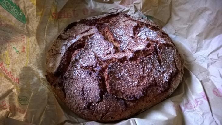 Torilta ostettu 1,5 kg painoinen hapanjuureen leivottu luomuruisleipä. Nam!