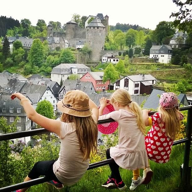 Moschau, Germany. #eifel #rur #monschau #travelingwithkids #panorama #ausblick #Kinder #family #lomallesaksaan #historicaltown #historischestadtkern