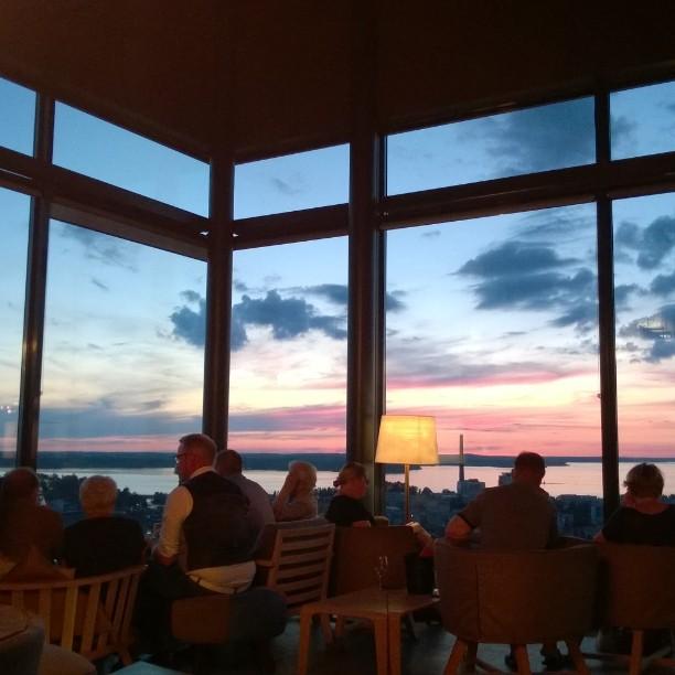 Can't complain. #skybar #moroskybar #hoteltorni #tampere #citybreak #girlsnightout #sunset #visitfinland #summernight #finnishsummer #Finnland #Sonnenuntergang #nacht #matkablogi #lempipaikkojani