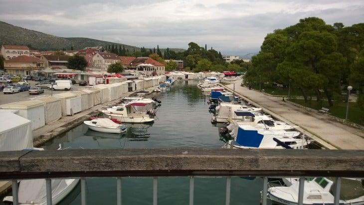 Trogirin vanha linnoituskaupunki sijaitsee pienellä saarella, jonka yli pääsee siltaa pitkin.