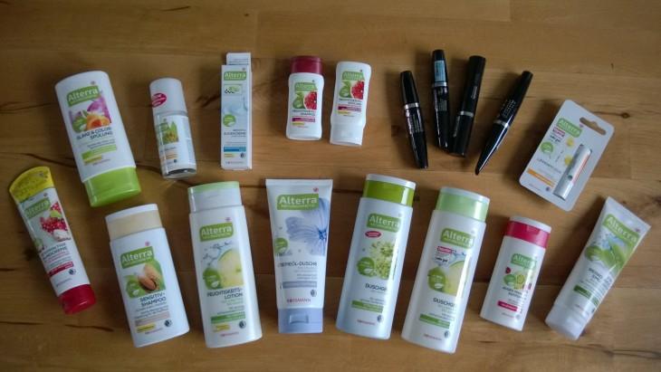 Nämä kuvan luonnonkosmetiikkatuotteet maksoivat yhteensä reilut 30€! Mukana perustuotteita eli shampoota ja rasvoja, mutta myös meikkejä. Osa tuotteista on lisäksi vegaanisia.