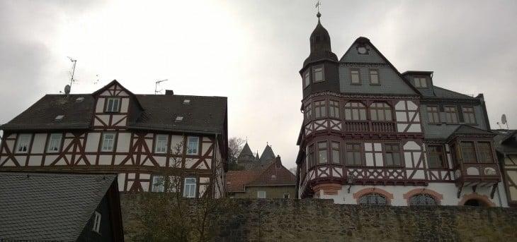 Näkymä parkkipaialta ylös rinteeseen. Siellä se linnakin keskellä ylhäällä jo häämöttää!