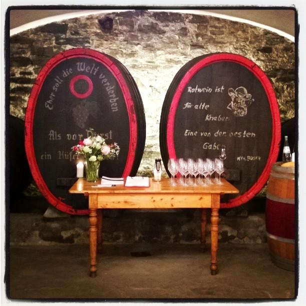 #weingutnelles viinimyylässä oli tunnelmallinen viininmaistelutilaisuus. Lisää siitä ja tilan laatuviineistä blogissa. Linkki biossa. #saksanviinit #weinprobe #heimersheim #ahrweiler #ahr #ahrtal #deutschewein #germanwines #vineyard #winetasting #winetourism #winecellar #weinkeller #uusipostaus #matkablogi #lempipaikkojani #lomallesaksaan
