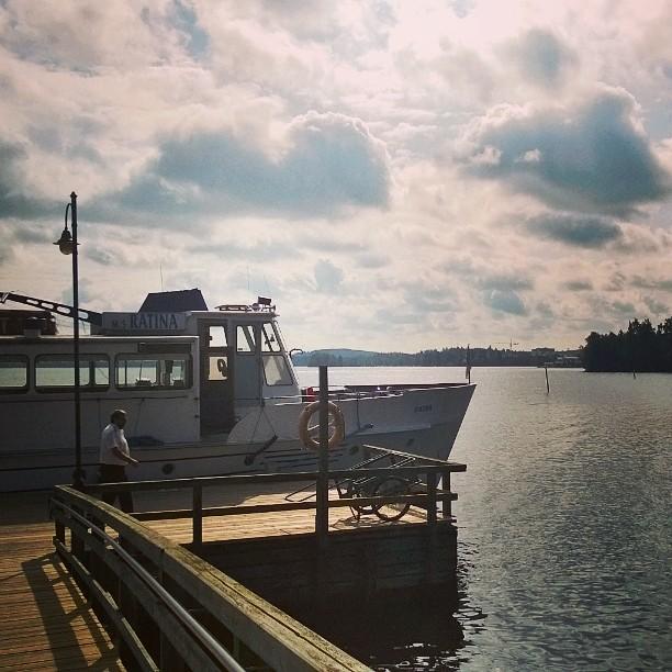 Viikinsaari on juuri sopiva päiväretkikohde Tampereella. #Tampere #viikinsaari #suomiretki #kotimaassa #hopealinja #päiväretki #kaupunkiloma #visittampere #laiva #satama #kotimaassa #suomiloma #pyhäjärvi #cruise #daytrip #lake