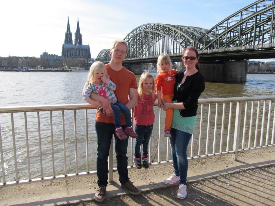 Viime aikoina moni ulkomailla asuva tai siellä ollut bloggaaja on  kirjoitellut ulkomaille muuttamisesta. Esimerkiksi Sandra pohti tässä  paljon kommentteja ... 8e2d46c990