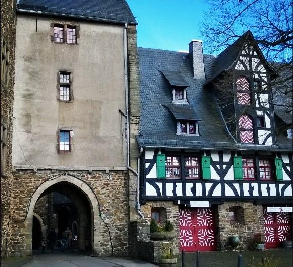 Blogissani #lempipaikkojani uusi postaus päiväretkestä Solingenissa. Kuvassa linna #schlossburg #solingen #visitgermany #ourgermany #travelblog #castle #medieval #lomallesaksaan #Linna #uusipostausblogissa