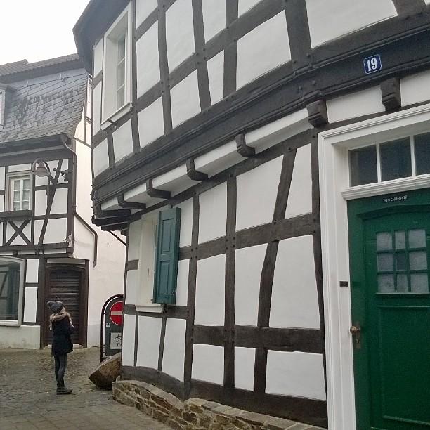 Unkel. Tämä silitysrauta-taloksi kutsuttu perinteinen ristikkotalo on peräisin 1650-luvulta.