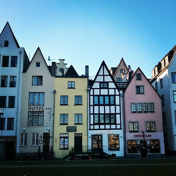 These narrow old houses are so cute. Cologne old town. Köln altstadt. #Joel. #cologne #thisisgermany #instagermany #explorecologne #instacologne #ourgermany #mygermany #köln #visitkoeln #altstadt #city break #kölnistschön #saksa #lomallesaksaan #matkablogi #lempipaikkojani #kaupunkiloma #rantapallomaailmalla #mondolöytö #saksansuomalainen #blogi #bloggaaja